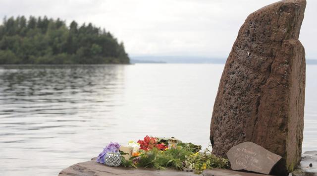 Un momumento improvisado por las víctimas del tiroteo en Utvika, frente a la isla de Utoya.   Efe