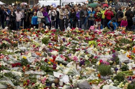 Velas y flores en recuerdo de las víctimas en Oslo. | Ap