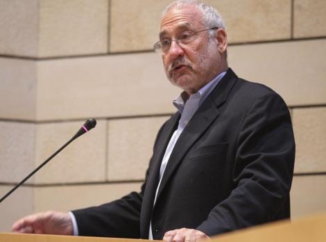 El premio Nobel de Economía Joseph Stiglitz pronuncia un discurso en Atenas. | Efe