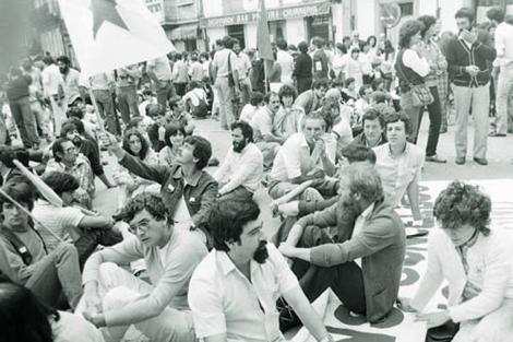 Sentada de los nacionalistas en la Praza de Galicia en 1983. | A Nosa Terra
