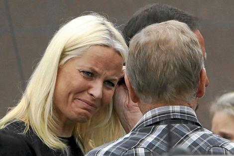 Mette Marit habla emocionada con familiares de las víctimas.   Reuters
