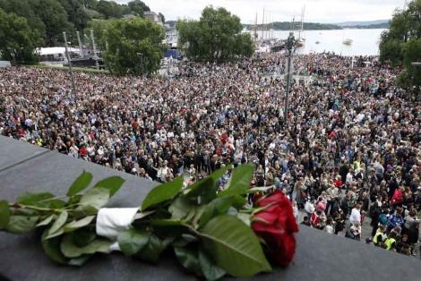 Marcha en Oslo para rechazar la violencia tras los atentados del viernes.   Reuters