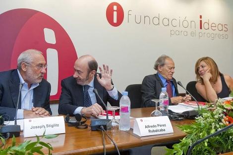Rubalcaba charla con el premio Nobel Joseph Stiglitz.   Gonzalo Arroyo