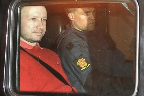 Anders Behring Breivik deja el tribunal escoltado por la policía noruega. | Afp