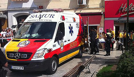 Los equipos de Emergencia trasladan al presunto agresor.   P. H.