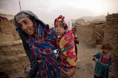 Una afgana y sus hijas desplazadas por la violencia.  Ap