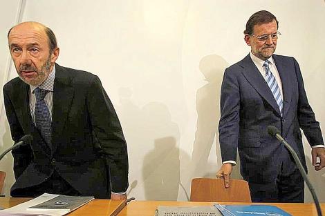 Rubalcaba y Rajoy, en un acto el pasado 9 de julio.   Efe