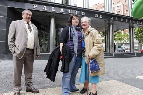 Aurelia celebra el aplazamiento a octubre del desahucio . | Nuria González