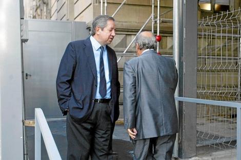 De la Rosa y Núñez (de espaldas) al coincidir en una de las vistas en 2009. | D. Umbert