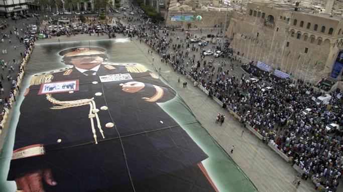 Una pancarta gigante del líder libio Gadafi en la Plaza Verde del centro de Trípoli.   Efe