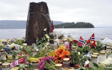 Velas y flores frente a la isla de Utoya en recuerdo de las víctimas. | Efe