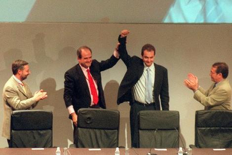 Chaves, levanta el brazo del nuevo secretario general del PSOE, Rodríguez Zapatero. | K. Para