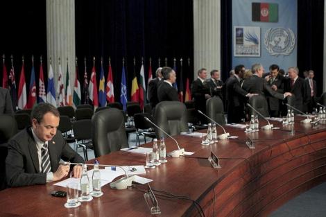 Zapatero permanece sentado solo mientras el resto de líderes debaten.
