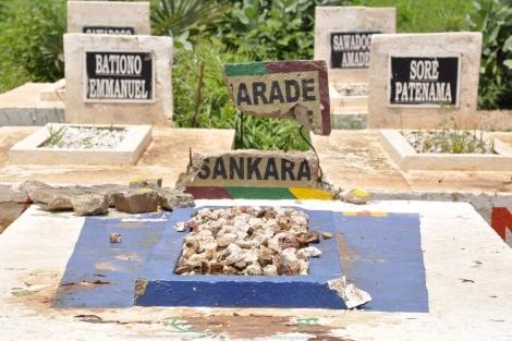 Tumba del ex presidente después del ataque. | Afp