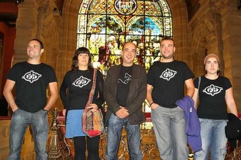 Martín Garitano se fotografía en la Diputación con los jóvenes encausados. | Mitxi