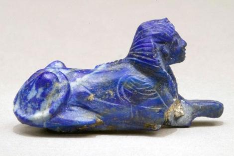 Brazalete de lapislázuli en forma de esfinge, una de las obras donada. | CSA