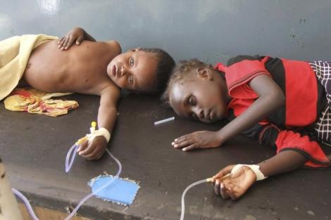Dos niños alimentados con una sonda en un hospital de Mogadiscio. | AP | MÁS FOTOS