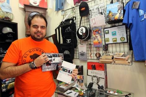 La pasión forjada a golpe de látigo de Antonio de Prada. Antonio de Prada  en su tienda.  0dd8a54c4f5