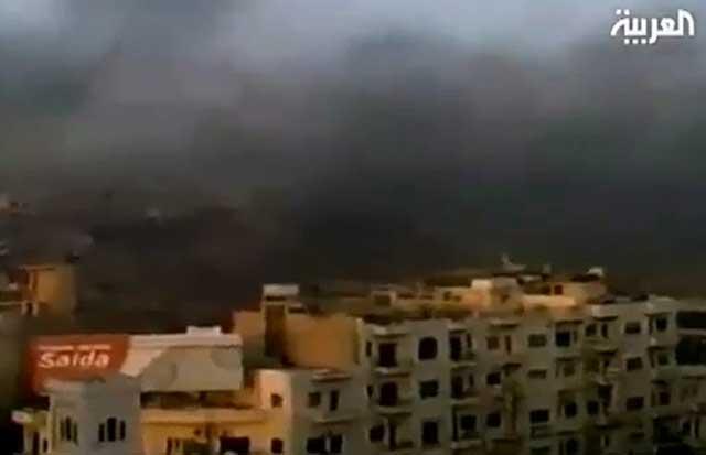 Una cortina de humo negro sobre la ciudad de Hama, atacada por los tanques del ejército sirio.   Efe