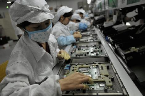 Trabajadores de la empresa china Foxconn.   Afp