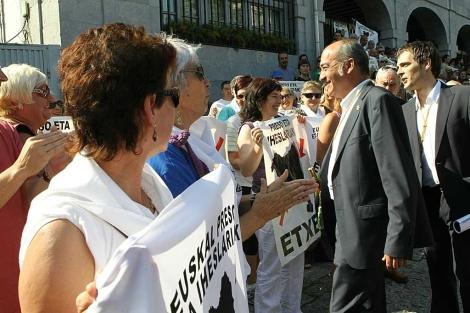 El diputado general de Gipuzkoa, Martín Garitano, habla con familiares de presos de ETA. | Mitxi