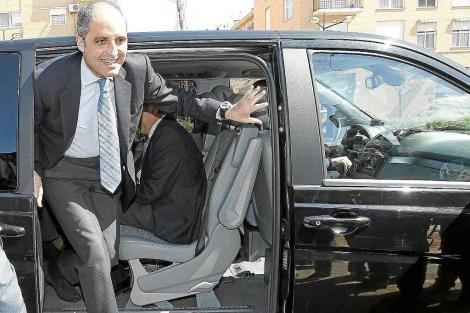 Francisco Camps sale de un coche oficial durante su etapa como presidente | J.Cuéllar