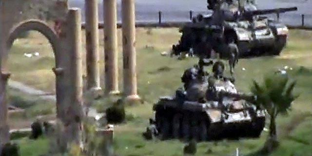 Fotorgrama del vídeo de un vecino de Hama en el que se ven los tanques sirios entrando en la ciudad. | Reuters