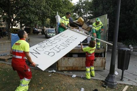 Los servicios de limpieza retiran los residuos de los 'indigandos'. | Efe