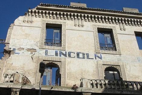El antiguo Hotel Lincoln parece haber sido bombardeado.