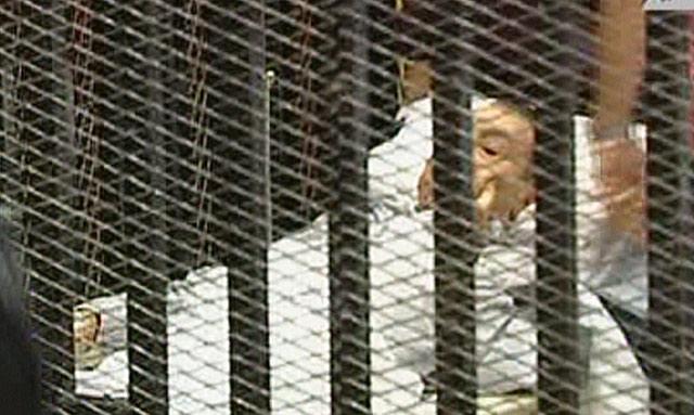 El ex presidente egipcio Hosni Mubarak, en camilla, entrando al juicio. | Afp