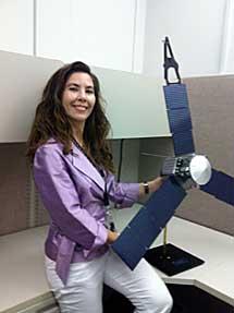 La científica española Michela Muñoz Fernández, con una maqueta de Juno.