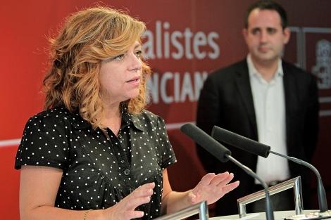 Elena Valenciano junto al secretario del PSPV, Jorge Alarte.   Efe