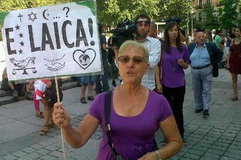 Una de las manifestantes, hoy, en la plaza de Oriente. | Clara de la Fuente