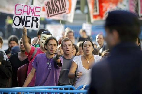 Un grupo de 'indignados' planta cara a la policía. | Di Lolli