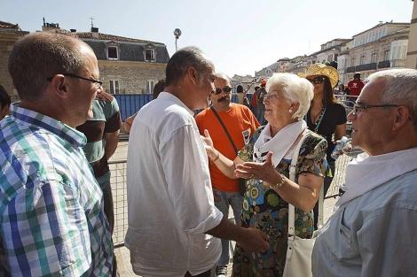 Garitano e Izagirre saludan a familiares de preso de ETA. | Efe