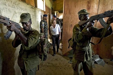 Carme Chacón junto a los soldados somalíes adiestrados por los españoles. | Efe