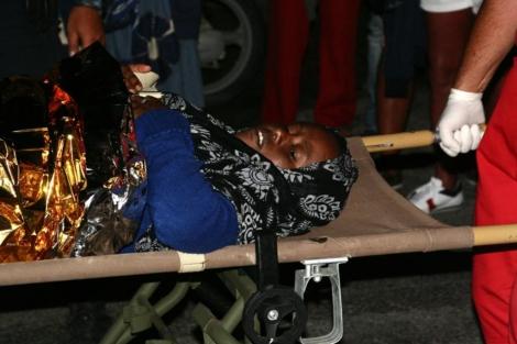 Una de las supervivientes es trasladada para recibir atención médica. | Afp