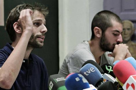 Juan Rubiño y Adrián Martínez, de Acampada Sol, durante la rueda de prensa. | Efe