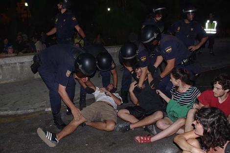 Desalojo de los 'indginados' de las puertas del CIE. | 15-M Málaga