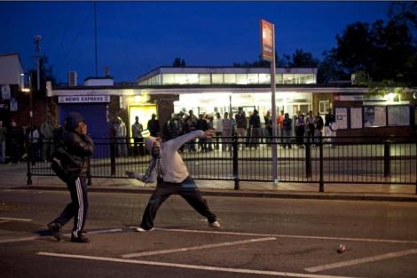 Varios jóvenes protagonizan actos violentos en Enfield. | AP