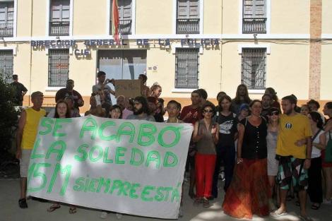 Miembros del 15-M protestan frente al CIE.   C. Díaz