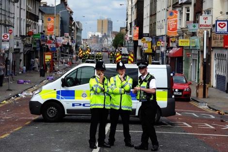 Varios policías en Croydon, una de las zonas más afectadas por los disturbios. | Efe