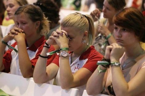 Varios voluntarios rezan durante la misa de Rouco ayer en Madrid. (Efe)