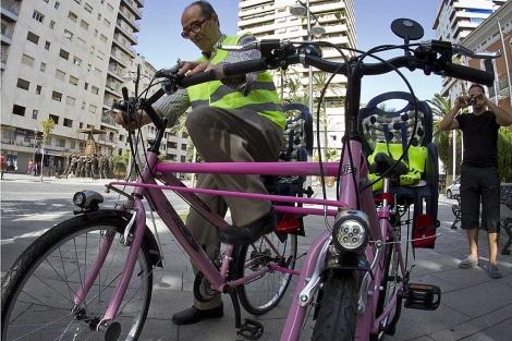 Faustino Blanco muestra la bicicleta que ha diseñado para personas ciegas. | J.Yáñez.