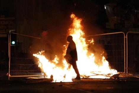 Un hombre camina entre las barricadas provocadas en Liverpool. | Reuters