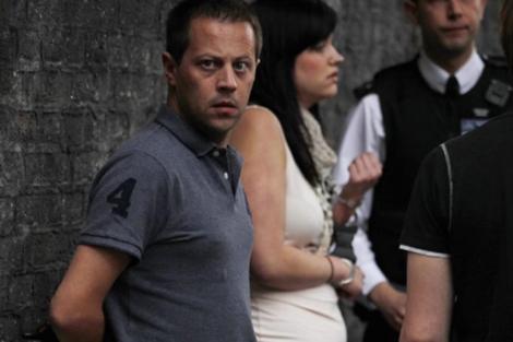 Una pareja esposada tras ser detenida en Camden, Londres. | Efe