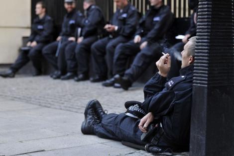 Un grupo de oficiales de policía se toma un descanso en Londres. | Efe
