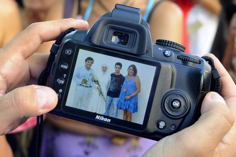 Fotografía hecha a la pareja durante la boda. | Nacho Alcalá