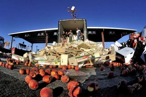 Agricultores franceses lanzan vegetales y frutas españoles. | Efe