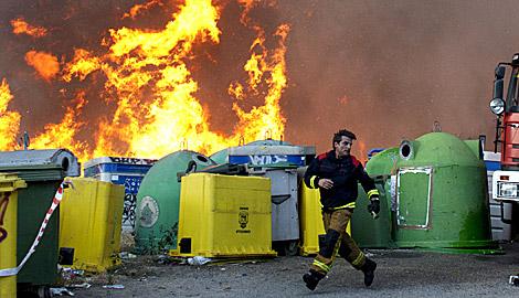 El punto limpio denota la presencia de una zona poblada junto al fuego.   Efe